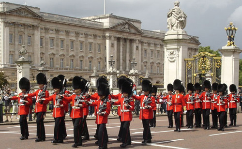 American National Anthem played at Buckingham Palace after 9/11 – VIDEO