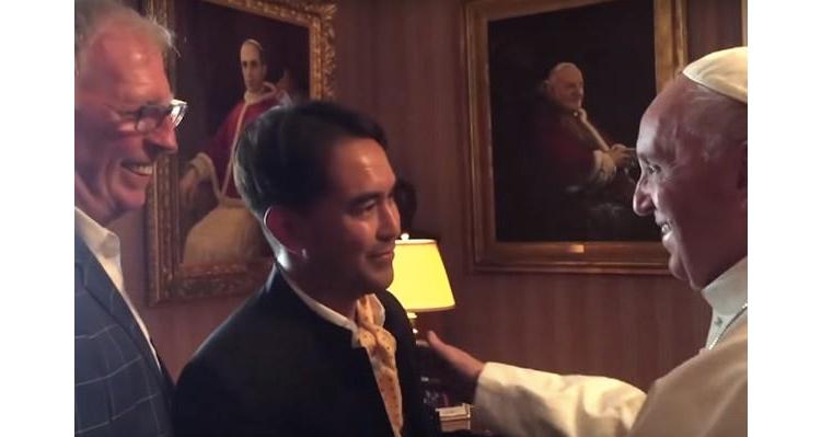 Pope Met With Gay Couple, Vatican Declares Kim Davis Meeting Was Not An Endorsement